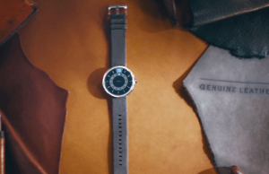 Moto 360, shown in ad without the black bar on the display!